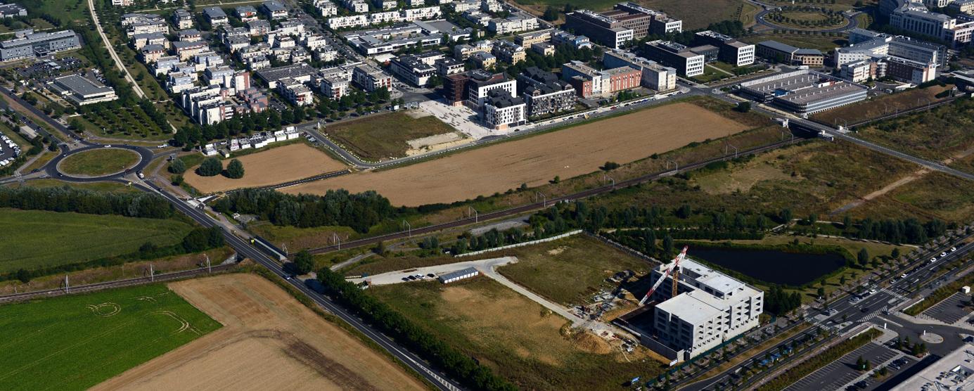 Vue aérienne de l'écoquartier de Montévrain : Chantier de bureaux Carré Haussmann au premier plan