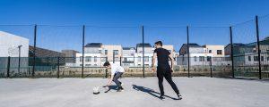 Des adolescents jouent au football devant les logements Métaflore - Ecoquartier de Montévrain