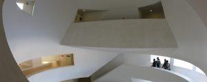 Intérieur du bâtiment Rabelais / Grands escaliers et murs blancs - Cité Descartes