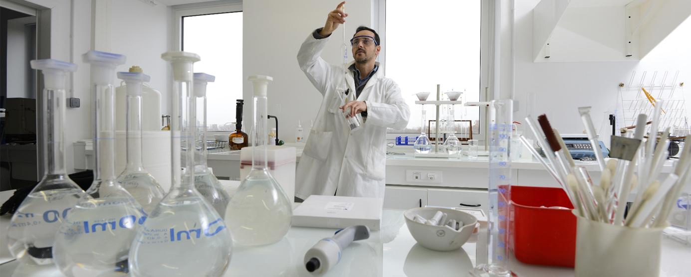 Un chercheur dans son laboratoire réalise des examens - Cité Descartes