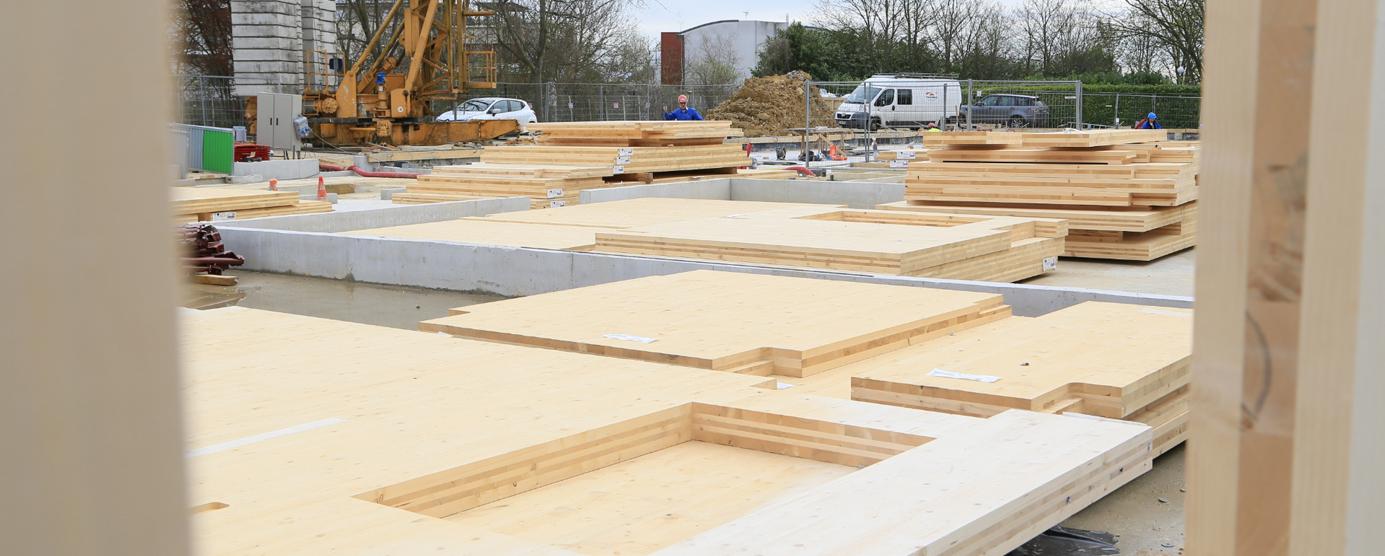 Photographie de la pose du premier panneau bois pour la construction de la résidence étudiante Le Luzard II