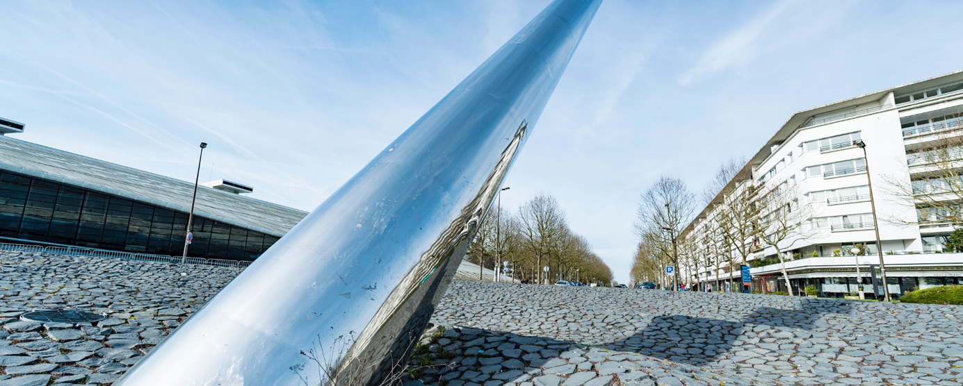 Sculpture l'Axe de la Terre située au coeur d'un rond-point sur l'avenue Ampère à la Cité Descartes