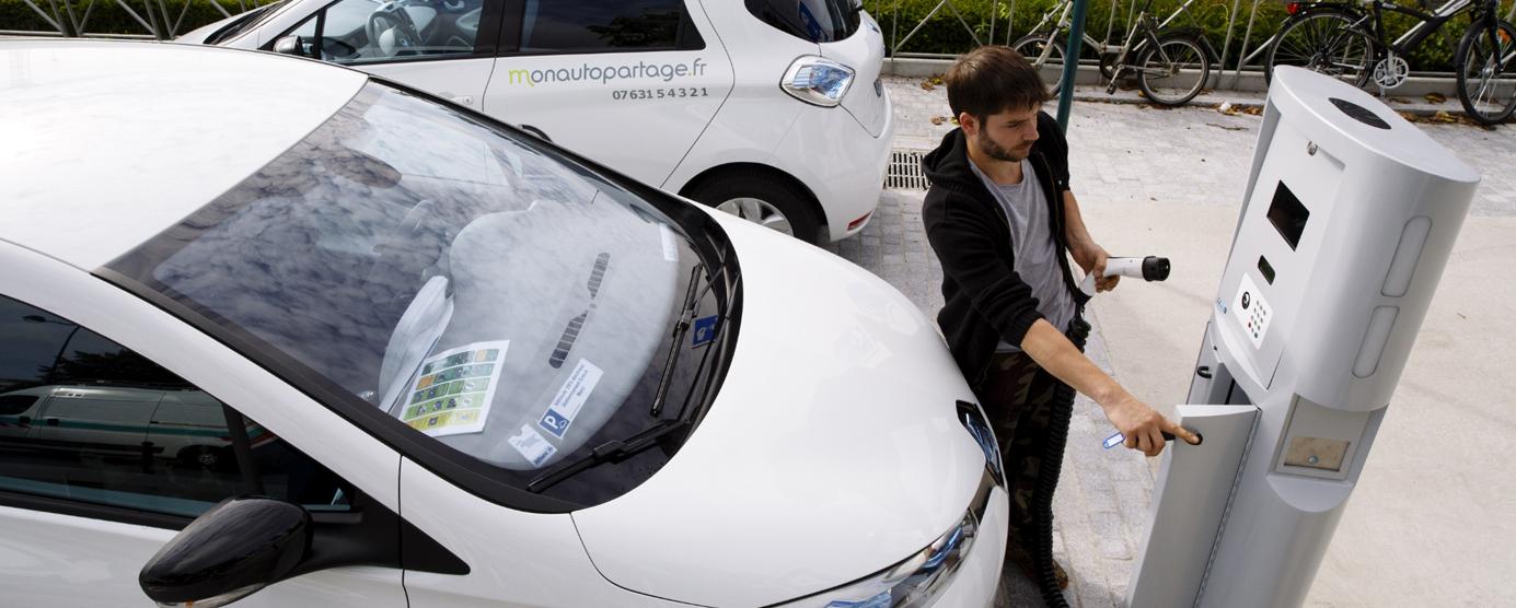 Photographie d'une station de recharge pour les véhicules électriques et l'autopartage aux abords de la gare RER de Montévrain (Place Jean Monnet)