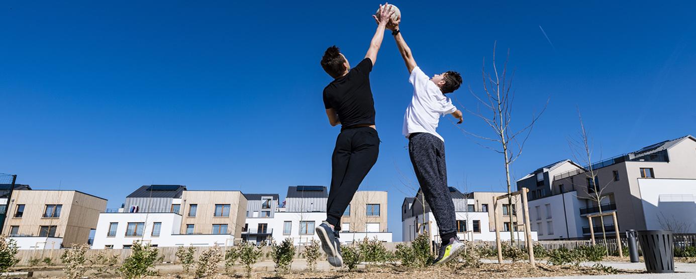 Terrain de basket aux abords du programme de logements Métaflore (LOT F3) dans l'écoquartier de Montévrain