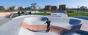 Un enfant fait du skate dans le skatepark du parc du Génitoy dans l'écoquartier Le Sycomore