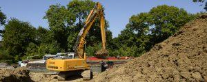 Chantier fluvial (Canal de Meaux-Chalifert) : transport des déblais provenant du chantier du bassin 26B à Coupvray