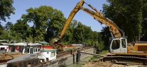 Photographie du chantier fluvial sur le canal de Meaux-Chalifert (chantier Villages Nature Paris)