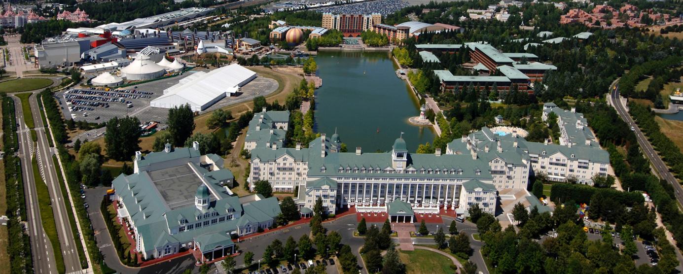 Vue aérienne du complexe hôtelier dans la station touristique Disneyland-Paris - à Marne-la-Vallée