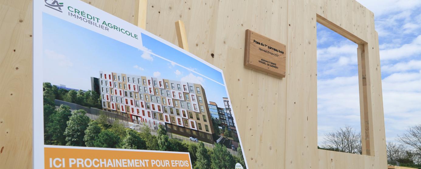 Pose du 1er panneau bois de la résidence étudiant à Noisiel