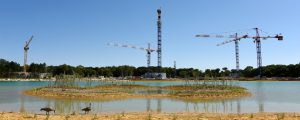 Photographie de chantier de Villages Nature Paris, au loin sont visibles des grues de chantier
