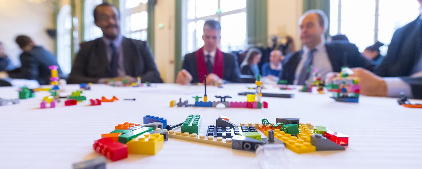 Jeux de construction éparpillés sur une table pour le séminaire les LEGOS EPAMARNE/EPAFRANCE, à Noisiel
