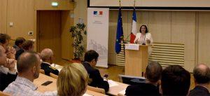 Photographie : Prise de parole Emmanuelle Cosse, Ministre du logement et de l'Habitat durable, le 12 septembre 2016 (Cite Descartes, Ecole des Ponts Paristech) lors de la signature de la convention Ecocité en présence