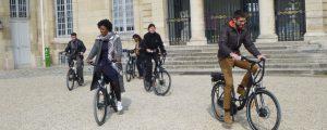 Six promeneurs en vélo