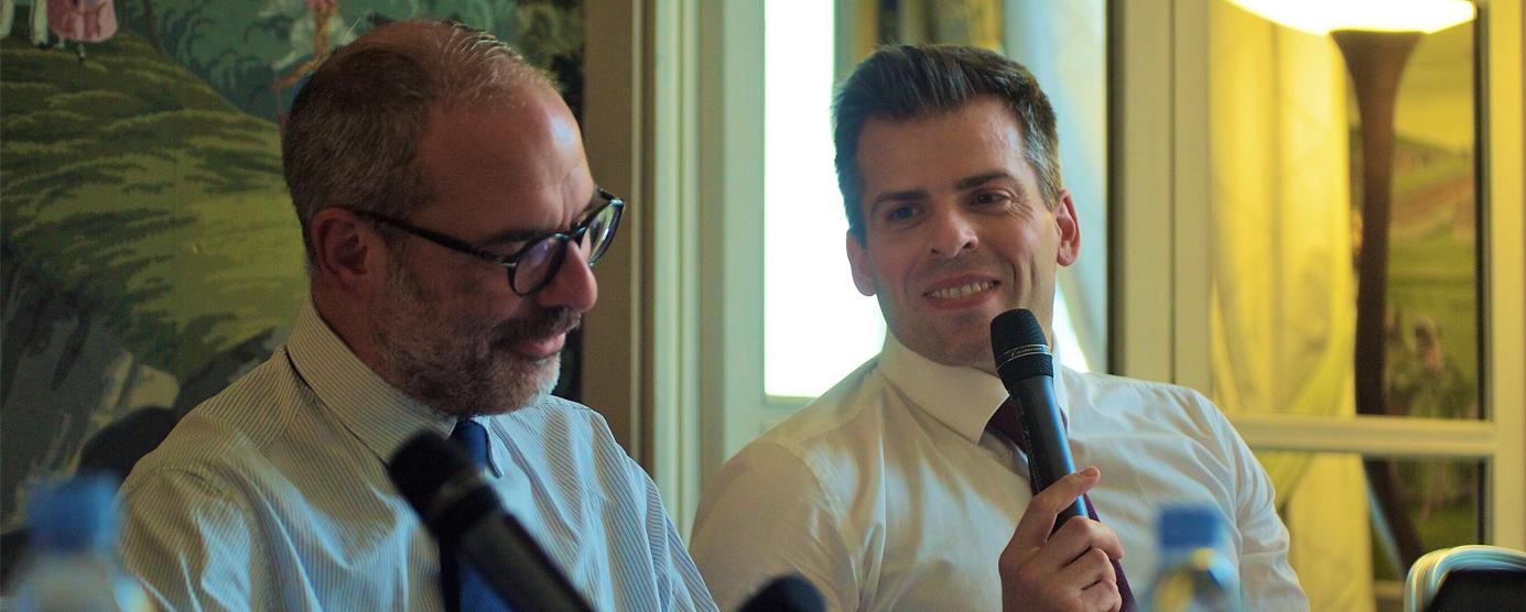 Jean-Baptiste Rey s'exprime au micro pour accompagner le déroulement de la conférence Club Ville hybride Grand Paris (Marne-la-Vallée)