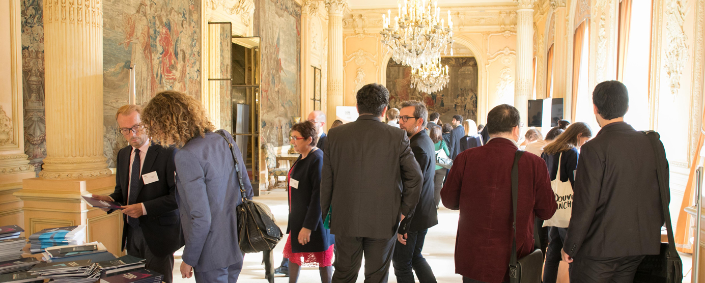 Une assemblée de personnes se rendent à la conférence de Cadre de Ville (en collaboration avec la ville de Champs‐sur‐Marne et la Communauté d'Agglomération Paris‐Vallée de la Marne)