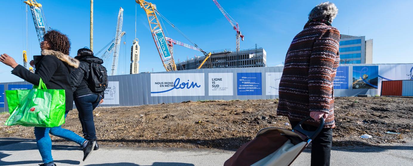 Photographie des grues et des palissades de chantier de la gare de Noisy-Champs