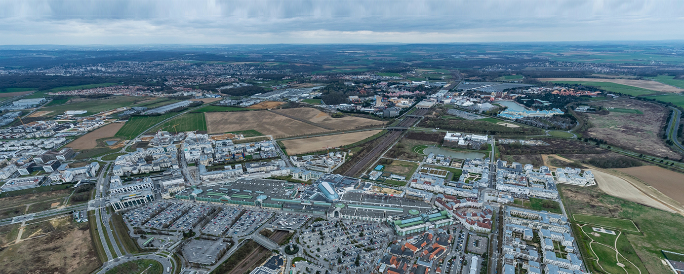 Vue aérienne du centre urbain du Val d'Europe, de la station touristique Disneyland-Paris