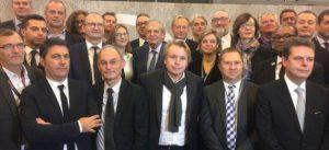 Photographie du groupe des signataires d'une charte sur la transition numérique BIM, en présence du ministre de la Cohésion des territoires, Jacques MÉZARD