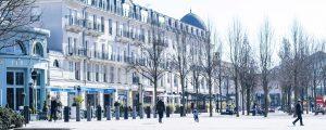 Des passants se baladent sur la place du centre urbain de Val d'Europe