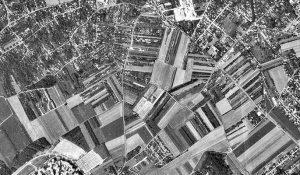 Photographie en noir et blanc et vue aérienne du centre urbain de Noisy-le-Grand (1972)