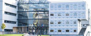 Photographie d'un bâtiment en verre et en béton sur le campus universitaire de la Cité Descartes