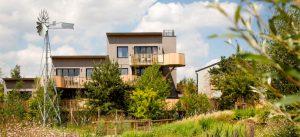 Logement en bois et jardin prévus pour le Centre de villégiature de Villages Nature Paris