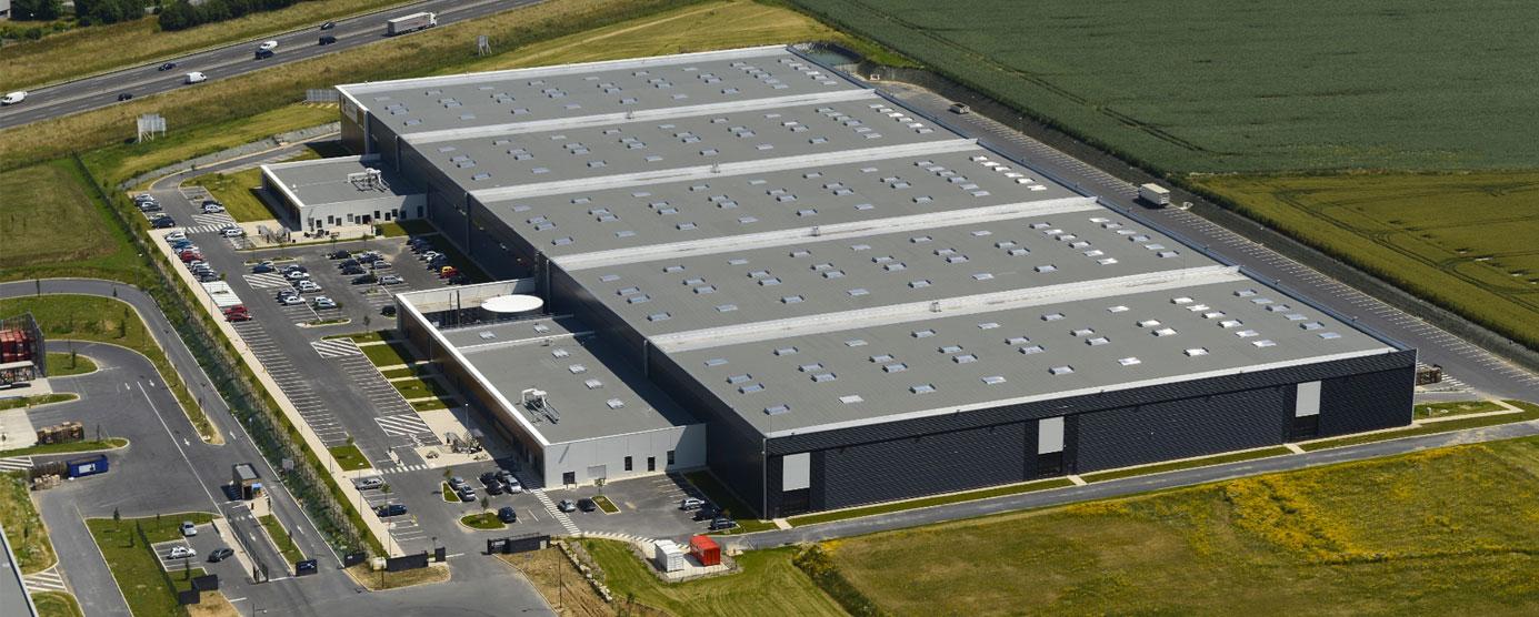 Vue aérienne et gros plan sur l'entreprise Oxylane-Decathlon, dans la ZAC du Bel Air, à Ferrières-en-Brie.