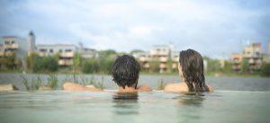 Deux baigneurs profitent du bassin de L'Aqualagon de Villages Nature Paris (Villeneuve-le-Comte)