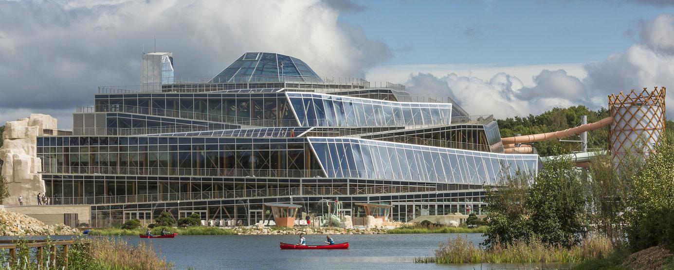 Photographie de l'Aqualagon vue de l'extérieur (bâtiment en verre) - Villages Nature Paris
