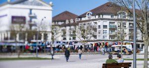 Passants se baladant sur la Place du centre ville de Bussy Saint-Georges