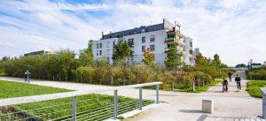 Photographie de pleins pieds d'espaces publics de l'écoquartier, Le Sycomore, à Bussy Saint-Georges