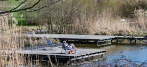 Un riverain se repose sur un transat sur l'une des rives de l'étang des grives, du parc du Génitoy, situé dans le centre ville de Bussy Saint-Georges