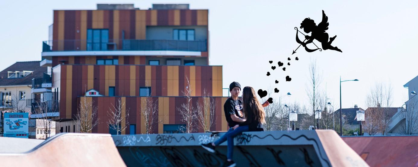 Deux adolescents discutent dans le skatepark du parc du Génitoy, tendis que Cupidon vole au-dessus d'eux