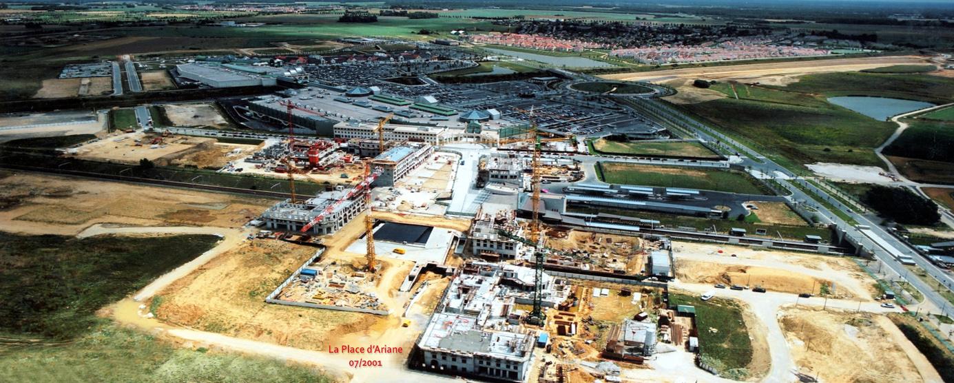 Vue aérienne du chantier du centre urbain du Val d'Europe - Place d'Ariane (Juillet 2001)