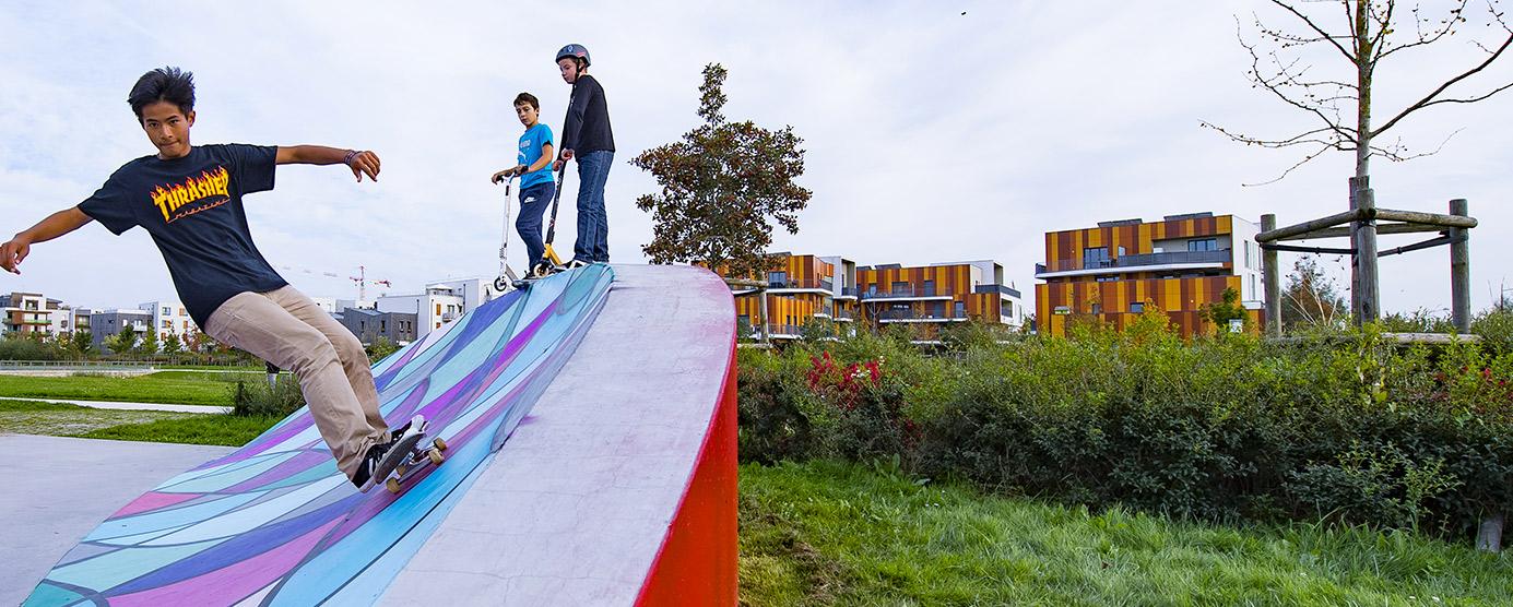 Des adolescents s'amusent dans le skatepark dans le Parc du Génitoy (Ecoquartier Le Sycomore)