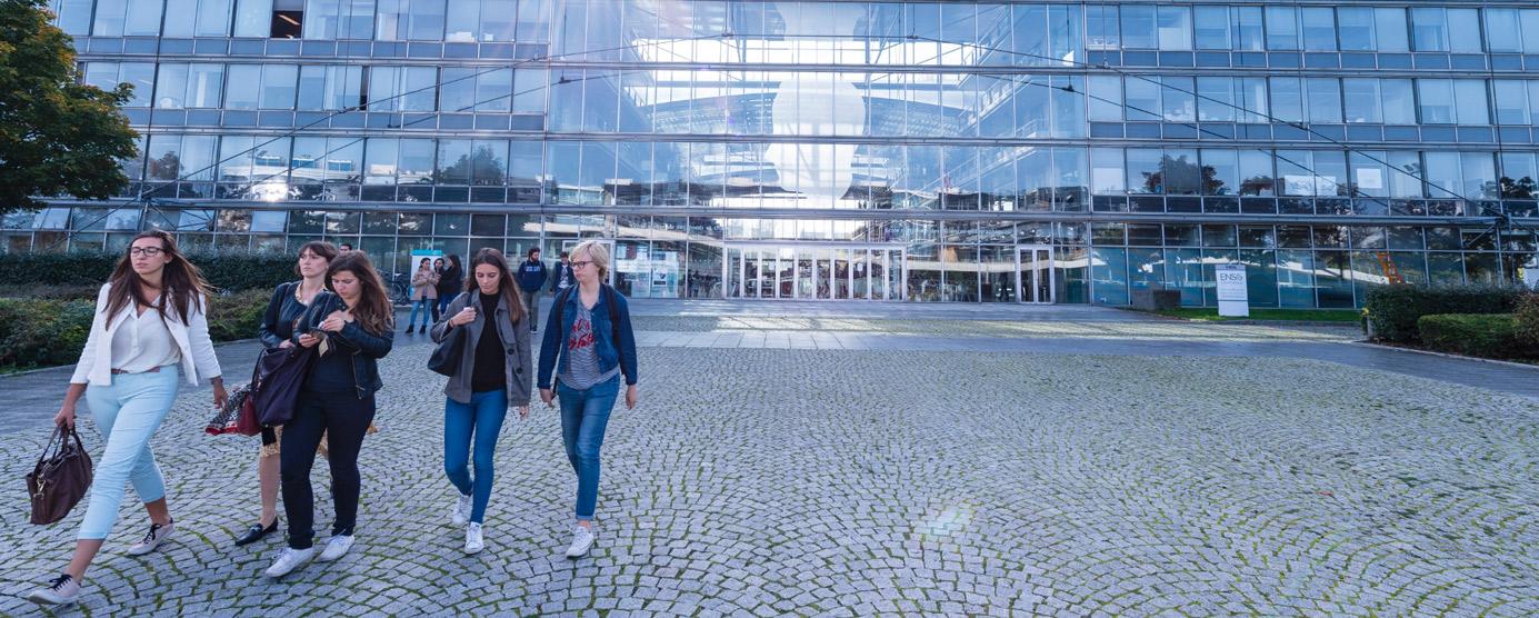 Jeunes femmes aux abords de l'ENPC, Ecole des Ponts Paristech sur le Campus de la Cité Descartes à Champs-sur-Marne