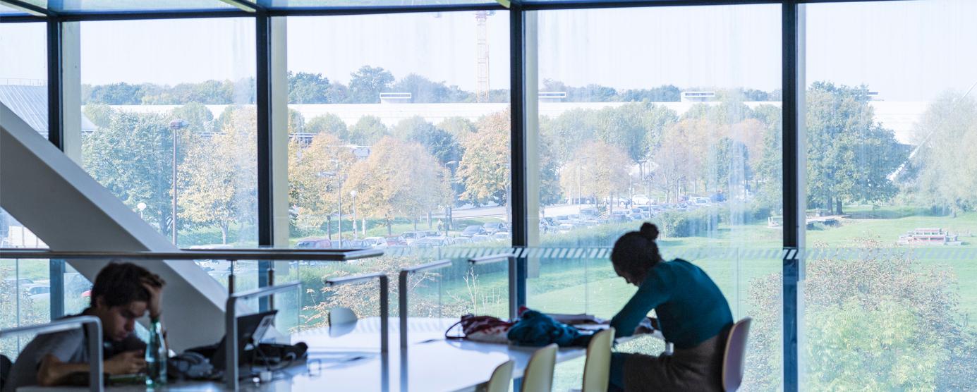 Photographie prise à l'intérieur de la bibliothèque universitaire Georges Perec, sur le campus de la Cité Descartes