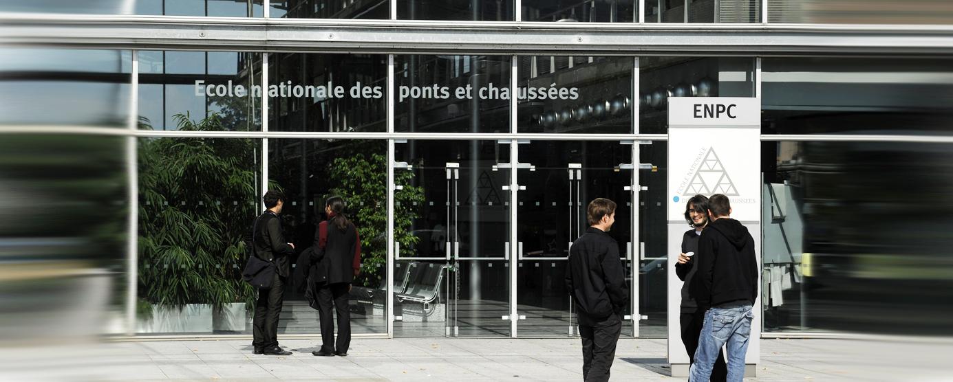 Parvis de l'Ecole des Ponts ParisTech sur le campus de la Cité Descartes