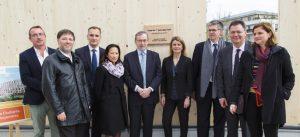 Photographie de groupe prise lors de la pose du premier panneau bois de la résidence étudiante Le Luzard II, à Noisiel (construction BBCA)