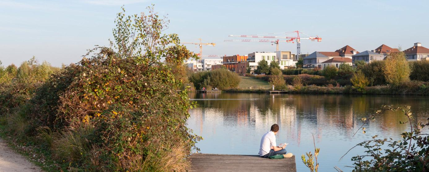 le parc du genitoy dans le centre ville de bussy saint-georges donnant vue sur les chantiers de l'ecoquartier