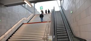 Après les travaux : une prise de vue depuis le bas des escaliers de la seconde sortie du RER.